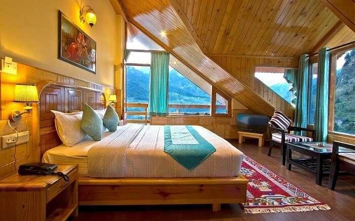 Foghills Manali Cottages bedroom