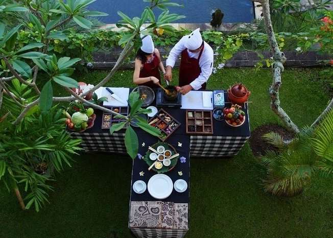 couple cooking session in Furama Villas