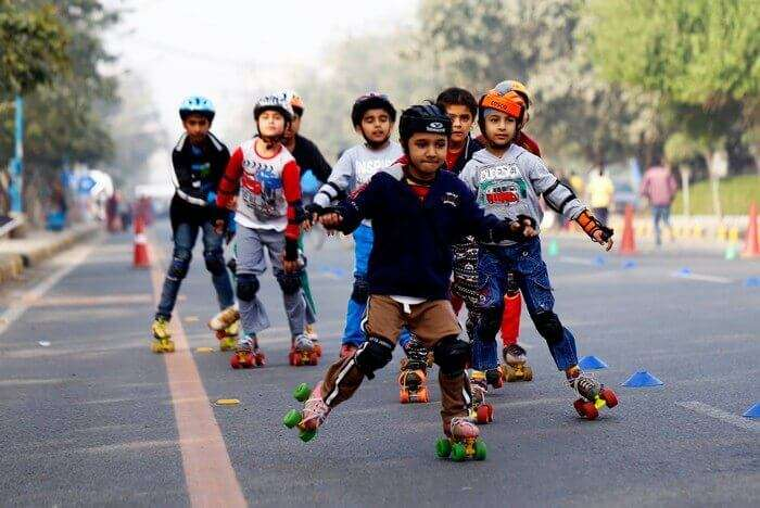 Kids skating in the inner circle of CP on Raahgiri day