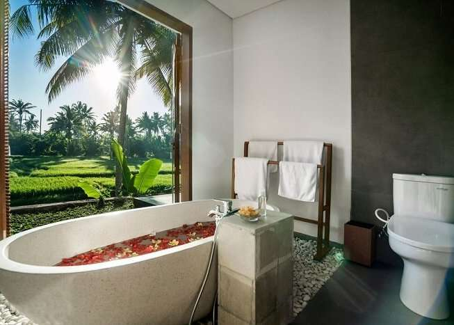 grand bathroom in villa gusku with bathtub