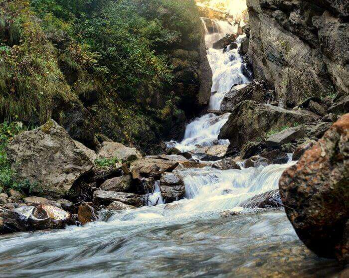 Gushing water and a scenic view on way to Kheer Ganga