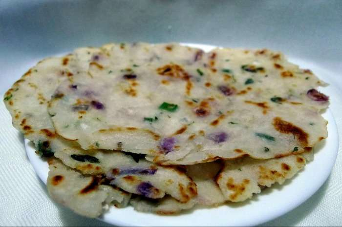 Akki Roti, yummy Karnatak dish served with coconut chutney
