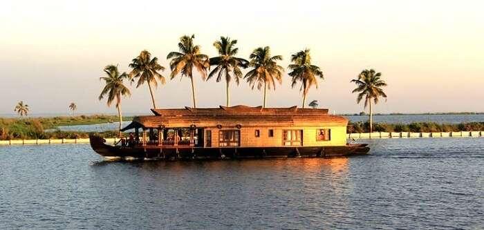 houseboat in kuttanad