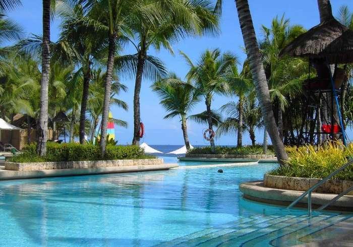 Infinity pool at Shangri la resort in Philippines