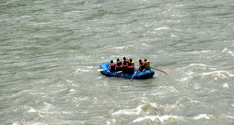 Taste thrill while rafting in Teesta River