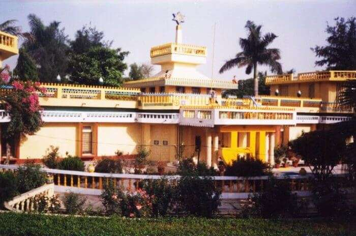 Aurobindo Ghosh Ashram is one of the major tourist attractions of Pondicherry