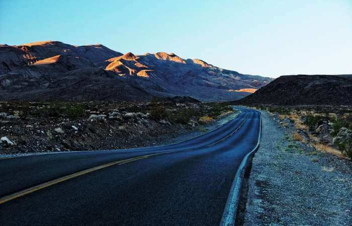 The stunning road to the Death Valley National Park, California