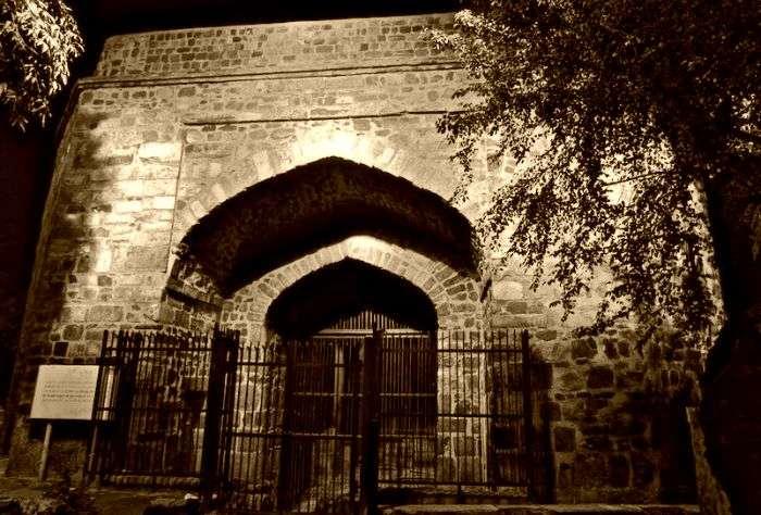 The ruins of spooky Khooni Darwaza