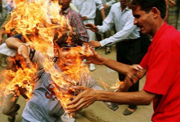 Rajiv Goswami sets himself on fire.
