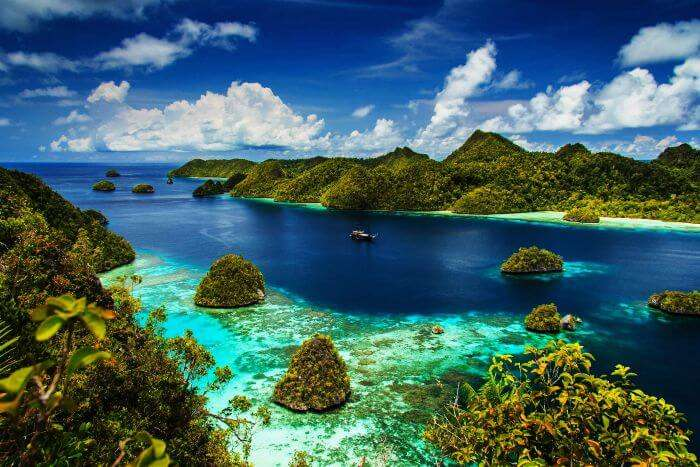 28 Beautiful Places in Indonesia Every Tourist Must Visit ...