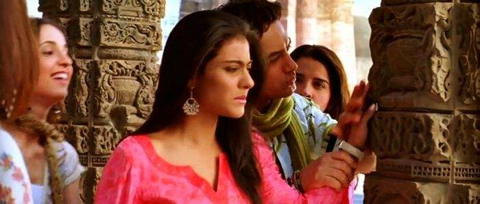 Aamir Khan as tour guide in Fanaa tells about the carved paintings to the tourists