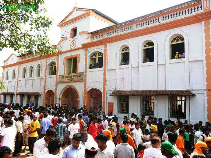 Mob in front of Damodar temple in Goa