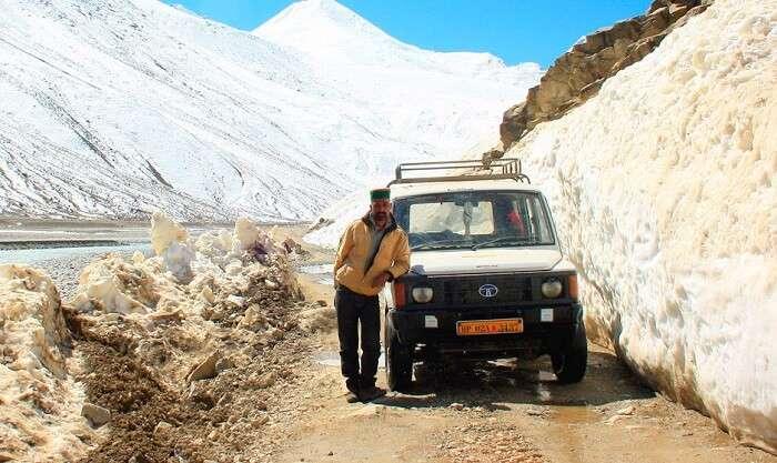 A Jeep on a narrow lane of Manali