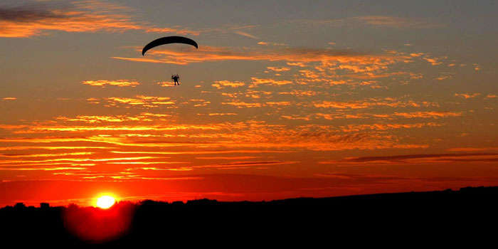 Fly above the sun while you paraglide in Mahabaleshwar