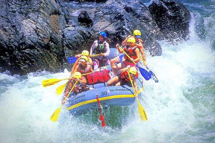 Adventurists indulging in River Rafting in Manali