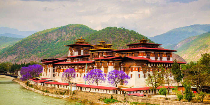 Punakha Dzong is the most spectacular Bhutanese fortress and looks spectacular during autumn