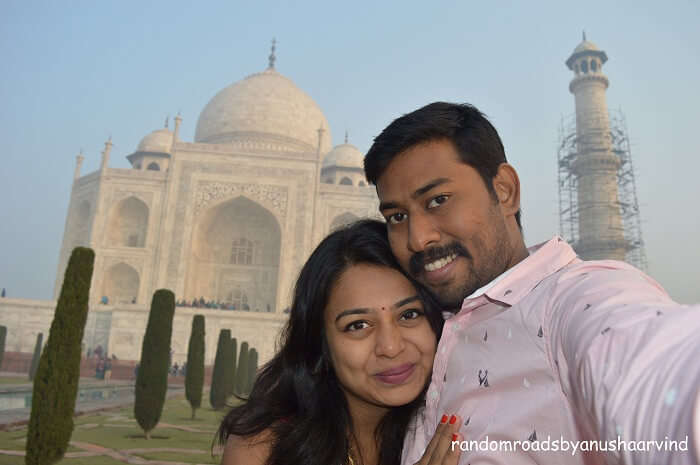 Anusha and Arvind click a selfie in the background of Taj Mahal