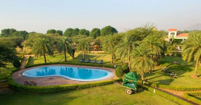 The manicured garden and pool at Sewara Pushkar resort
