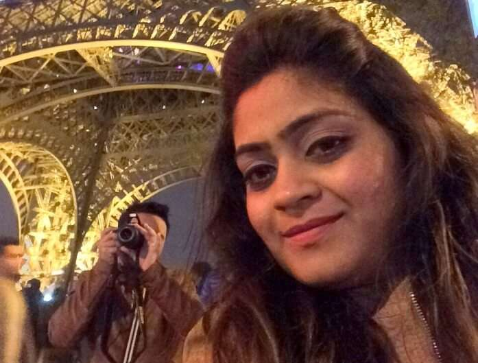 Manvi and her husband clicking photos near Eiffel Tower