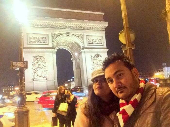 Manvi and her husband in Arc de Triomphe Paris