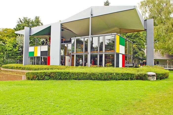 The lush lawn outside and the entrance to the Pavillon Le Corbusier