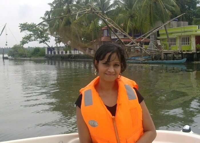 Swati riding Streamer alone i the Backwaters of Kerala