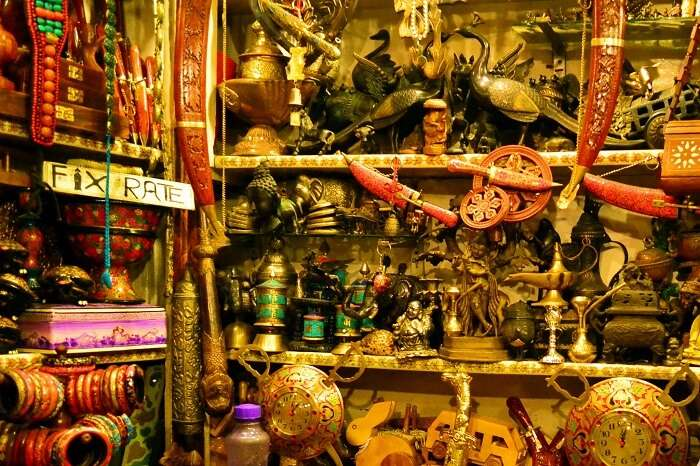 A little shop selling all kinds of decorative art and stuff at Srinagar