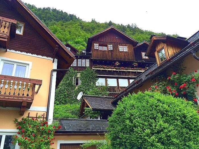 Visting the beautiful houses in Hallstatt