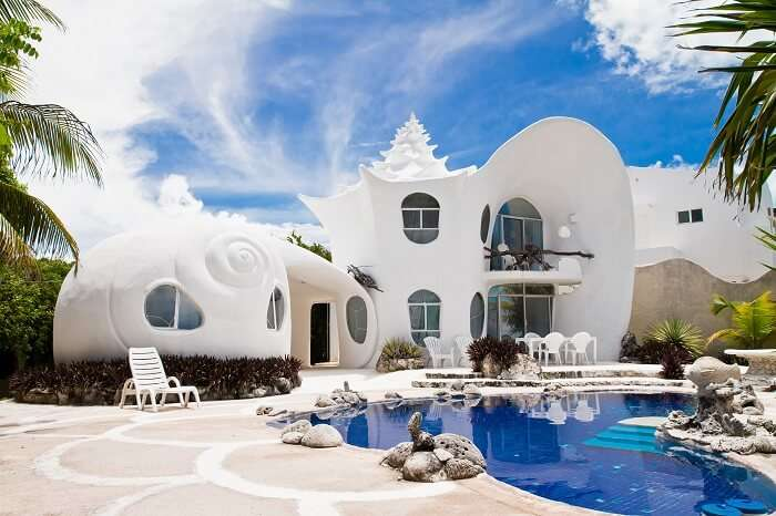 A beautiful snap of the swimming pool and the main building of the Seashell House at Isla Mujeres in Mexico