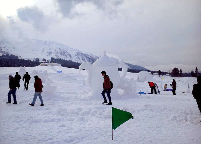 Enjoy ice sports in Gulmarg