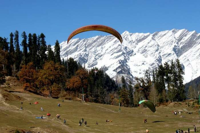 People trying paragliding in Solang valley