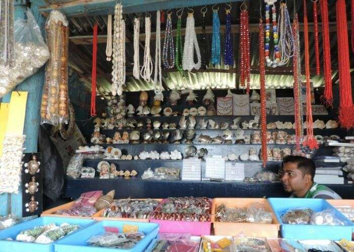 A shop selling sea shell, jute, and wood based handicrafts at Aberdeen Bazaar