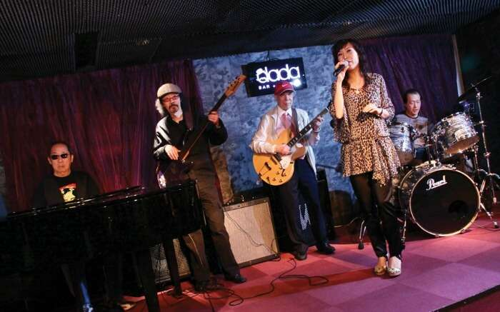 A woman performing with band in Dada Bar & Lounge in Tsim Sha Tsui