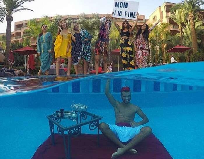 Jonathan Quiñonez underwater in a pool