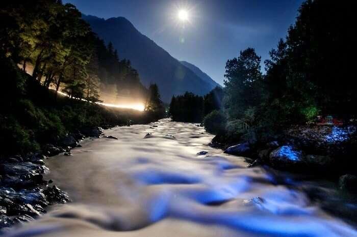 A night shot of the Parvati River at Kasol