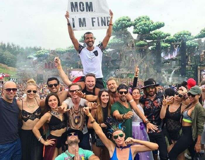 Jonathan Quiñonez at Tomorrowland with mom i am fine card