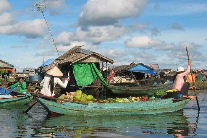 Sailing to the adorable floating market of Tonle Sap
