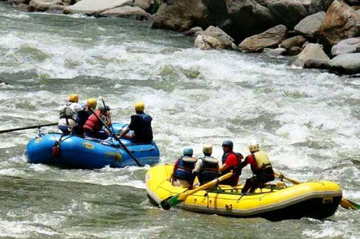 Adventurers taking up river rafting in Spiti river