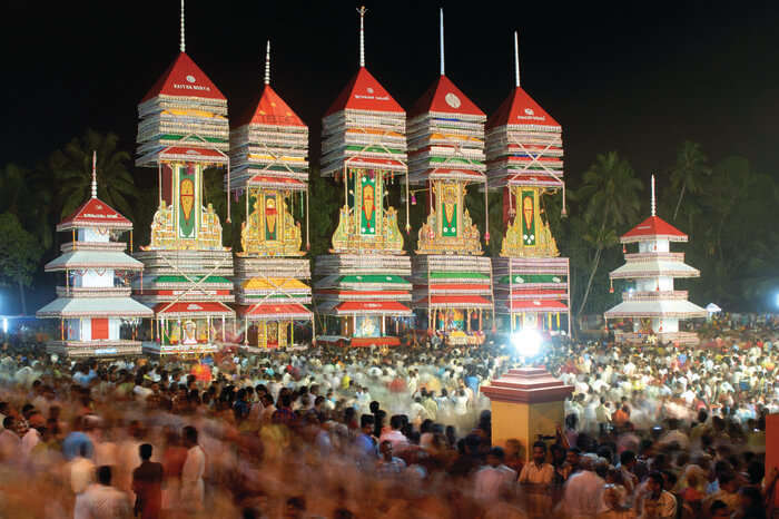 people celebrating Chettikulangara Bharani
