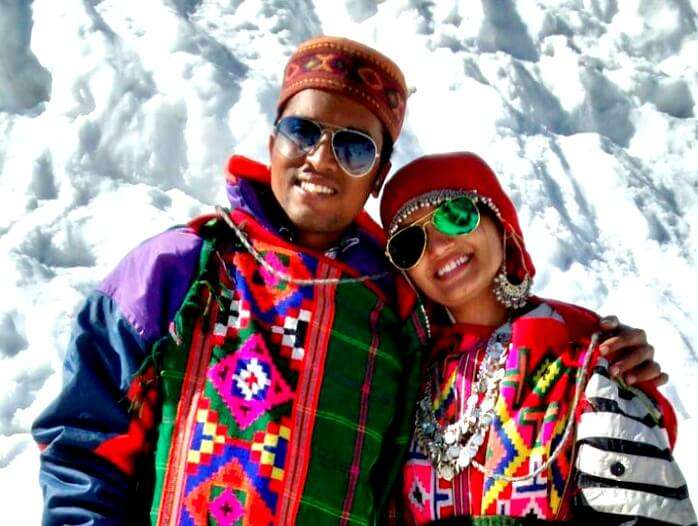 couple sightseeing in manali