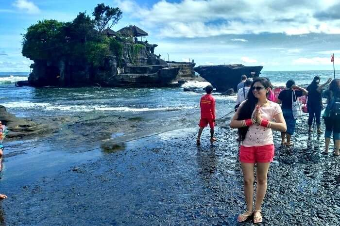 tanah lot temple in backdrop
