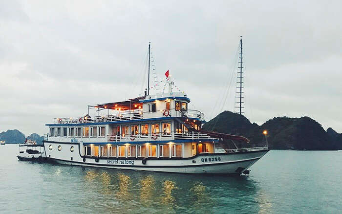 Cruising along the Halong Bay