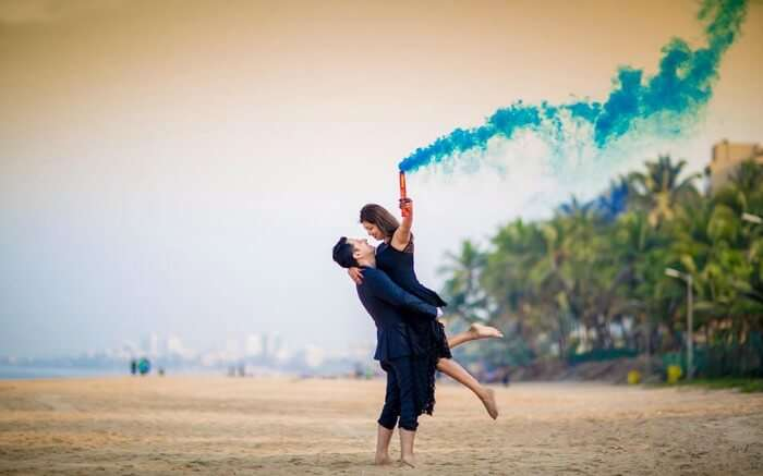 A couple in Juhu Beach - one of best pre wedding shoot locations in Mumbai