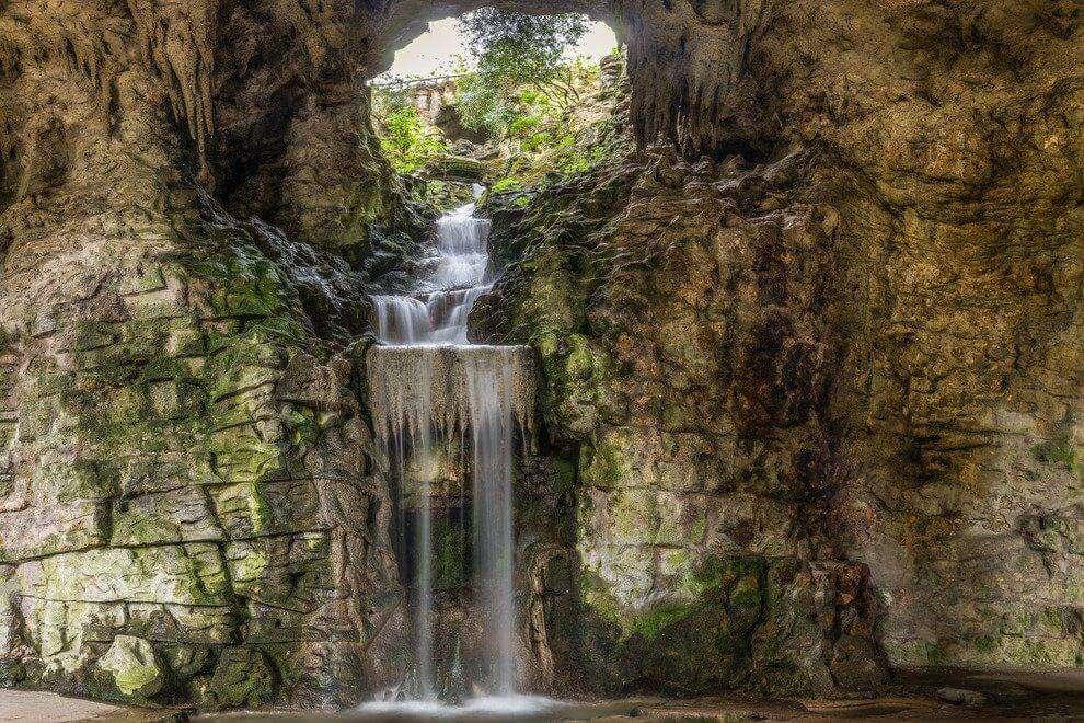 Parc des Buttes Chaumont waterfalls
