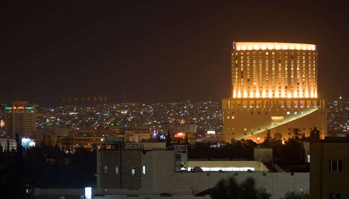 Live the nightlife of Amman with the young Jordanians