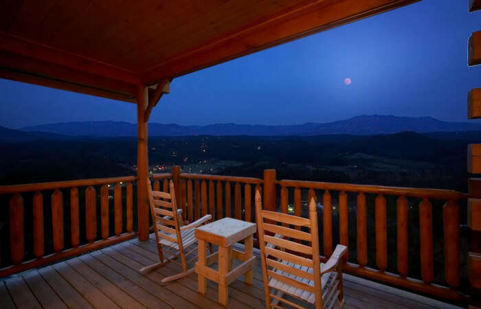 Honeymoon cabin overlooking mountains in Gatlingburg in Tennessee