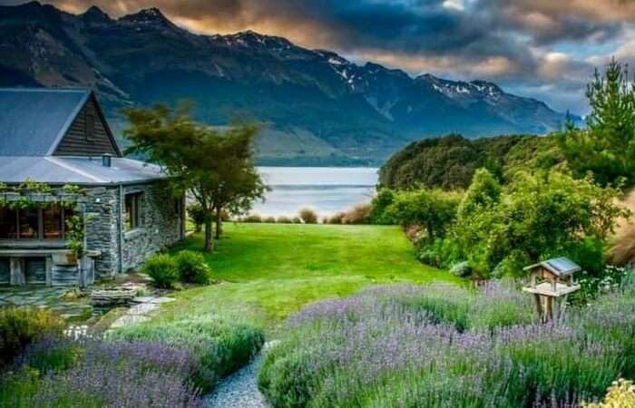 A honeymoon cottage by the lake in Glenorchy in New Zealand