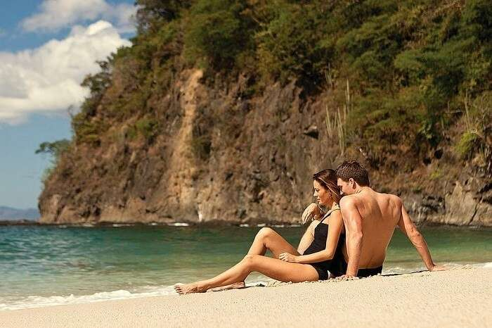 couple romancing costa rica