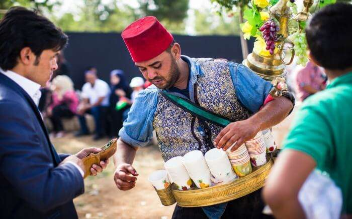 A guy dressed in traditional Jordanian attire