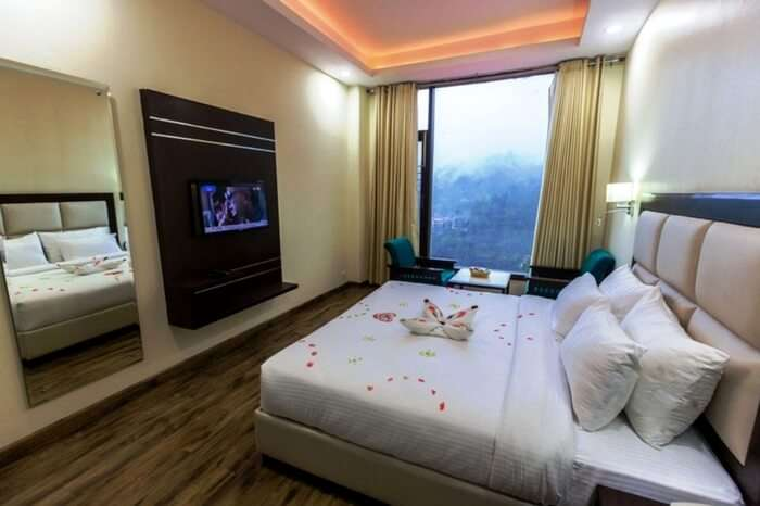 A well-decorated room with great outside views in Snow Valley Resort in Shimla